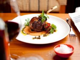 Savourez un délicieux repas à base de produits locaux au 1 South Beach.