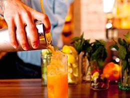 Sirotez des délicieux cocktails à l'hôtel 1 South Beach.