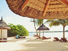 Détente sur la plage de l'hôtel 20° Sud à l'île Maurice