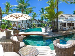 Profitez d'un moment de détente au bord de la piscine du 20 Degrés Sud