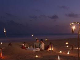Dîner romantique sur la plage de l'hôtel Al Baleed