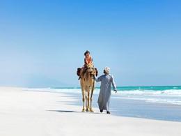 Balade à dos de chameau sur la magnifique plage de Salalah