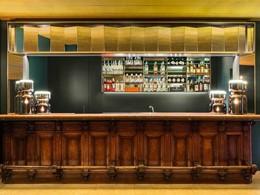 Sirotez de délicieuses boissons au bar