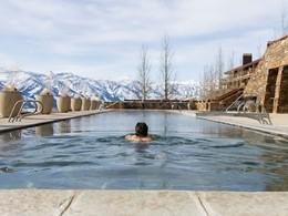 Profitez de la belle piscine chauffée de l'Amangani