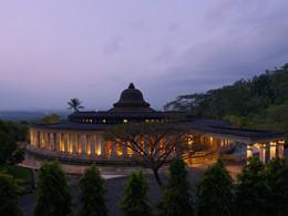 Vue de l'hôtel Amanjiwo de nuit