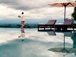 Autre vue de la piscine de l'hôtel Amanjiwo