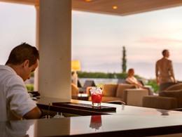 Sirotez un délicieux cocktail au bar de l'hôtel Amanzoé