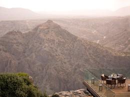 Somptueux repas face à une vue à couper le souffle de la région rocheuse d'Oman