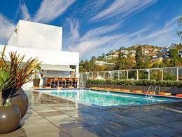 Détente au bord de la sublime piscine de l'Andaz, située sur le toit