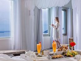 Dégustez un copieux petit déjeuner dans votre suite à l'Andronis Luxury Suites