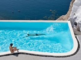 Profitez des magnifiques piscines de l'Andronis Luxury Suites