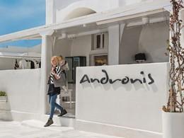 L'entrée de l'hôtel Andronis Luxury Suites à Oia
