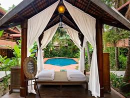 Massage au bord de la piscine de l'Angkor Village Hotel