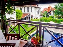 Vue sur la piscine de l'hôtel Ansara situé au Laos