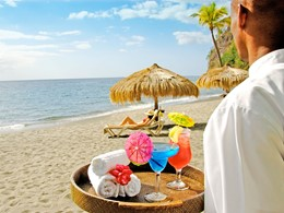 Sirotez de délicieux cocktails sur la plage de l'Anse Chastanet