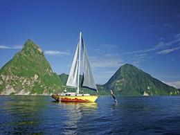 Une balade en bateau offre une superbe vue sur les deux pitons