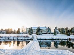 Vue de l'Auberge du Lac-à-l'Eau-Claire, nichée au coeur de la nature québécoise
