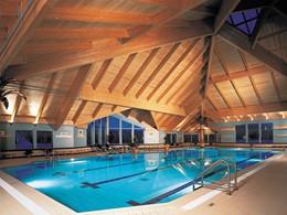 La piscine de l'Auberge du Lac-à-l'Eau-Claire, l'une des plus belles au Québec