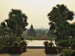 Vue imprenable sur les temples de Bagan depuis la piscine