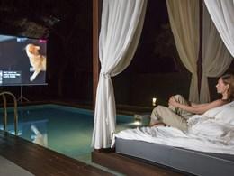 Regardez un film au bord de la piscine