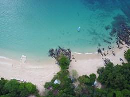 La vaste plage privée
