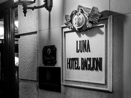 Enseigne de l'hôtel