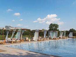 Détendez-vous au bord de la piscine de l'hôtel