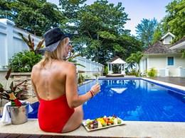 Appreciez les fruits tropicaux au bord de la piscine