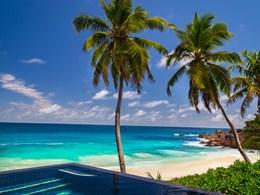 Profitez de la piscine avec une vue imprenable sur le lagon