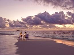Dîner romantique sur un banc de sable