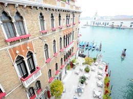 Vue de l'hôtel et de la terrasse