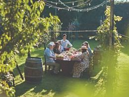 Profitez d'un repas dans le jardin verdoyant