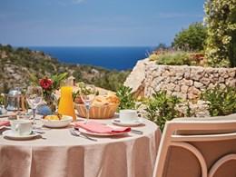 Petit déjeuner face à la Méditerranée