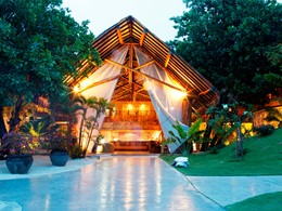 L'entrée de l'hôtel Bora Bora Pearl Beach Resort situé en Polynésie