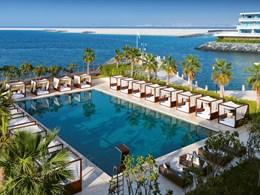 Une piscine en front de mer