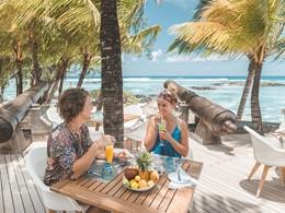 Sirotez de délicieux cocktails face à l'océan