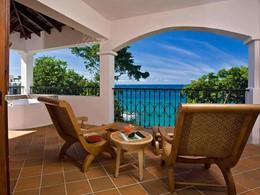 La terrasse de la 1 Bedroom Oceanview Villa Suite + Jacuzzi du Cap Maison