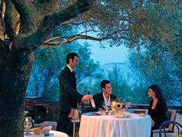 Service raffiné attentionné au restaurant Gli Olivastri du Capo d'Orso