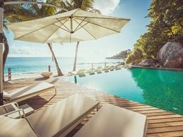La superbe piscine du Carana Beach Hotel aux Seychelles