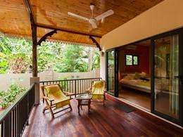 Détente sur le balcon d'un bungalow