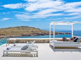 Splendide vue sur les eaux émeraude de la mer Égée