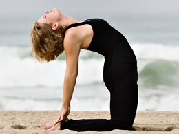 Yoga sur la plage de l'hôtel 5 étoiles Casa Del Mar à Santa Monica