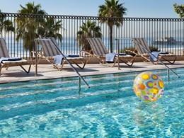 Profitez de la superbe piscine de l'hôtel Casa Del Mar