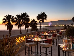 Profitez du magnifique panorama tout en sirotant des délicieux cocktails au Casa Del Mar