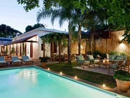 Le salon d'extérieur et la jolie piscine, l'idéal pour se reposer après une journée de découvertes