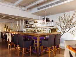 Le bar de l'hôtel Cavo Tagoo situé en Grèce