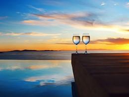 Contemplez un magnifique coucher de soleil au Cavo Tagoo