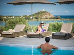 Relaxez vous au bord de la piscine du Chia Laguna Resort