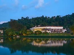 Vue du Cinnamon Citadel depuis la rivière Mahaweli