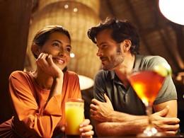 Sirotez des délicieuses boissons au bar du Club Med